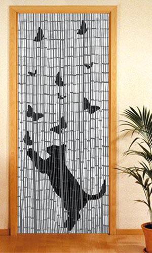 Бамбуковые шторы на дверь в интерьере