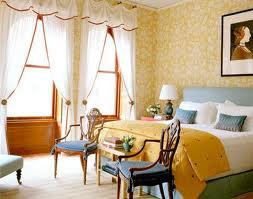 Какие шторы подойдут к желтым обоям?