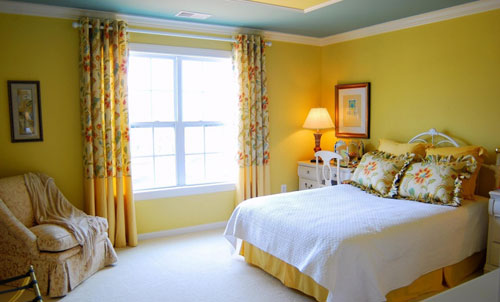 Модные шторы к желтым обоям