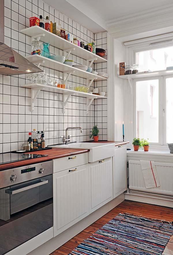 Современные бытовые приборы можно удачно вписать в ретро-интерьер кухни