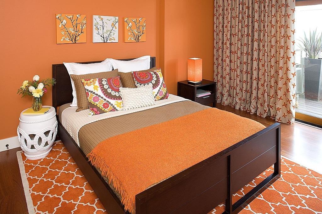 спальня выполнена в романтическом духе воспоминания о 60-х годах